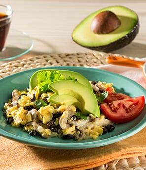 Huevos Revueltos con Frijoles Negros, Setas y Aguacate