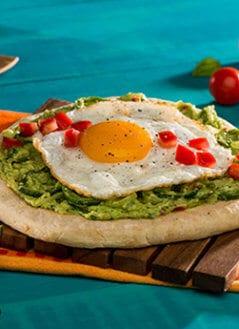 Pizza de Desayuno con Aguacate, Huevo y Naan