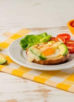 Nido de Aguacate y Huevo en Pan